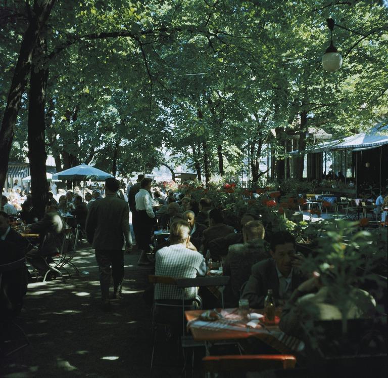 Ihmisiä Kappelin ulkopöydissä Esplanadin puistossa. Vuosi on 1959.